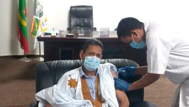 صورة العمدة يشرف على انطلاق عملية تلقيح عمال البلدية